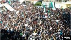 Para demonstran menentang Presiden Bashar al-Assad berkumpul di Hula, dekat Homs (13/11).