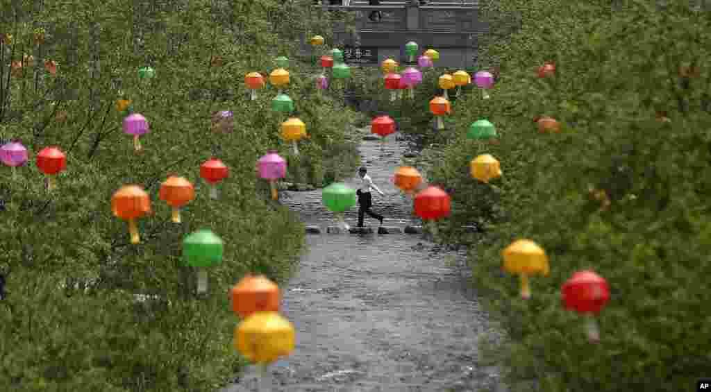 Jedan od parkova u Seulu, ukrašen za predstojeću proslavu rođendana Bude koji se u Južnoj Koreji slavi 17. maja.