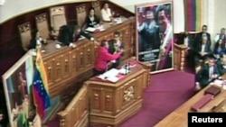 4月19日,委内瑞拉总统马杜罗在加拉加斯宣誓就职后发表讲话时,一名男子冲到台上打断他的发言