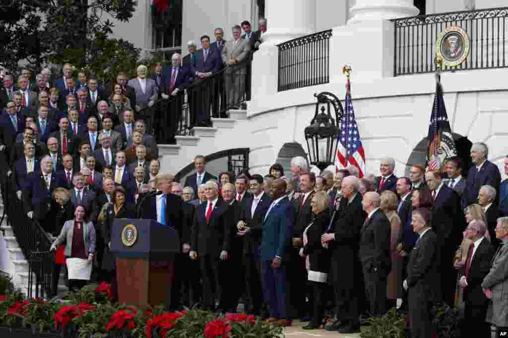 Дональд Трамп и республиканские законодатели после принятия закона о налоговой реформе (Фото: AP/Carolyn Kaster)