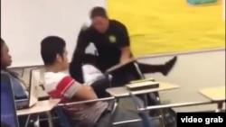 Một hình ảnh từ video cho thấy nữ sinh trường trung học Spring Valley bị Sĩ quan Ben Fields dùng vũ lực để buộc rời khỏi lớp học, ngày 26/10/2015.