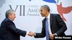 奥巴马在2015年巴拿马美洲国家首脑会议上与古巴领导人劳尔·卡斯特罗握手(图片来源:白宫)