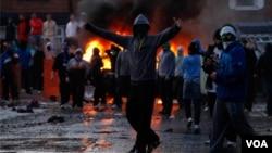 La marcha protestante anual de Irlanda del Norte llega a un clímax ardiente, varias partes de Ardoyne han sido bombardeadas por la multitud nacionalista.