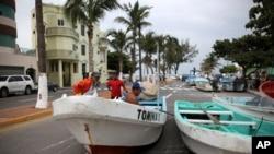Nelayan-nelayan memindahkan perahu mereka yang biasanya berlabuh di Teluk Meksiko, ke pinggir jalan di pelabuhan kota Veracruz untuk melindungi dari Badai Tropis Franklin, 9 Agustus 2017.