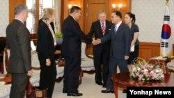 19일 북한인권 조사위원회(COI) 본조사단이 한국 정부서울청사 총리실을 방문해 정홍원 한국 국무총리(오른쪽)와 인사하고 있다.