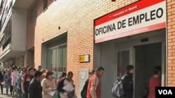 Warga di Madrid, Spanyol antri untuk mendapatkan tunjangan pengangguran.