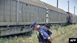 Rumunski žandarm kraj voza koji je prevozio 64 raketne bojeve glave rumunske proizvodnje.
