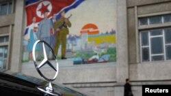 북한 평양 거리에 세워져 있는 독일산 벤츠 승용차. (자료사진)