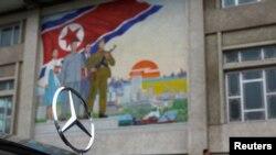 북한 평양 거리에 등장한 독일산 벤츠 승용차. (자료사진)