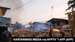 """ပဲခူးၿမိဳ႕ စစ္အာဏာရွင္ဆန္႔က်င္ေရး ဆႏၵျပ သပိတ္ခံတပ္ (ဧၿပီ ၉ ၊၂၀၂၁) (Photo း း HANTARWADI MEDIA via AFPTV """"/ AFP)"""