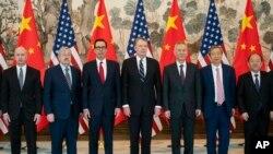 د امریکا او چین تجارتی هیئت چې په پیکنگ کې ېې سږکال د مارچ په ٢٩ مه مذاکرات وکړل.