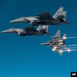 Jactos F-15E Strike Eagle, da força aérea americana, em exercícios militares.