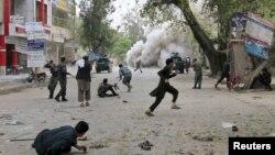 18일 자살폭탄 공격이 발생한 잘랄발라드시에서 주민들이 대피하고 있는 모습