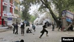 4月18日賈拉拉巴德發爆炸後,人們逃跑求生。