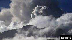 Volcán Calbuco arrojando cenizas y humo.