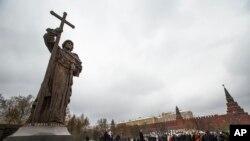 Le monument dédié à Vladimir le Grand, inauguré par Vladimir Poutine, lors de la Journée de l'unité nationale à l'extérieur du Kremlin à Moscou, le 4 novembre 2016. Vladimir était un prince du Xe siècle de Kiev crédité d'avoir fait du christianisme orthodoxe la foi officielle de la Russie, l'Ukraine et la Biélorussie.