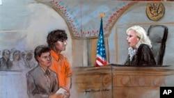 El boceto realizado en la corte muestra a Dzhokhar Tsarnaev y su abogada Judy Clarke, frente a la jueza Marianne Bowler.