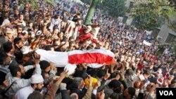 Warga Mesir mengusung jenazah seorang demonstran yang tewas dalam bentrolan di Lapangan Tahrir, Kairo (19/12).