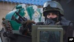 지난달 25일 우크라이나 동부 볼노바크하 지역 선거사무소 인근에서 정부군 병사가 경계 근무를 서고 있다. (자료사진)