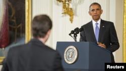 Prezidan Barack Obama ki tap tande kesyon yon jounalis pandan yon konferans pou laprès sou akò nikleyè 6 puisans mondyal fèk jwenn ak Iran an. (Foto: Sal Est La Mezon Blanch, nan Washington, 15 jiyè 2015).