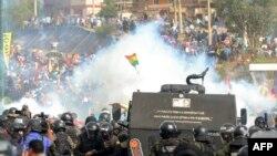 Otra vista de los choques entre partidarios del expresidente boliviano Evo Morales y miembros de la policía y el ejército cerca de Cochabamba el 15 de noviembre de 2019.