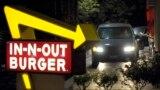 Seorang pelanggan menerima pesanan dari drive-through Burger In-N-Out di Baldwin Park, California, 8 Juni 2010. (Foto: ilustrasi).