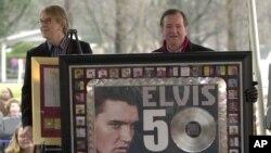 La présentation de la reconnaissance par RIAA du record des ventes avec plus de 50 millions de singles vendus détenus par Elvis Presly au cours d'une célébration de ce qui aurait été le 70e anniversaire de l'artisite (Elvis) à Graceland à Memphis, Tenness