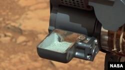 El robot obtiene la primera muestra de polvo recolectado de una roca en Marte.