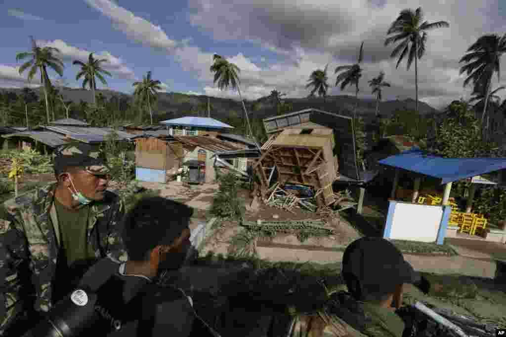 Binh sĩ Philippines đi tìm nạn nhân hoặc những người còn sống trong tỉnh Compostela Valley miền nam.