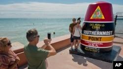 挪威遊客在位於佛羅里達礁島群的美國最南端標誌下拍照。(2017年10月27日)