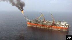 空中俯拍的距离尼日利亚海岸120公里的一座浮式石油产储设施(2008年资料照)