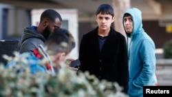 Deux migrants mineurs non accompagnés en provenance de la Jungle à Calais à l'extérieur d'un centre d'immigration à Croydon, dans le sud de Londres,en Grande-Bretagne, le 18 octobre 2016.