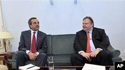 어제(18일) 의회에서 만난 안토니오스 사마라스 신민당 대표(왼쪽)와 에반겔로스 베니젤로스 사회당 대표.