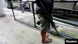 지난해 10월 필리핀 마닐라에서 마약단속국 요원이 마약 단속을 벌이고 있다.