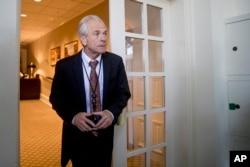 白宫贸易顾问彼得·纳瓦罗于2018年6月7日在华盛顿抵达白宫玫瑰园参加川普总统和日本首相安倍晋三的新闻发布会。