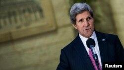 Ngoại trưởng Hoa Kỳ John Kerry nói chuyện với các nhà báo sau cuộc họp với Tổng thống Palestine Mahmoud Abbas và trưởng đoàn thương thuyết Palestine Saeb Erekat ở Ramallah, 4/1/14