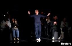 Desainer Italia Giorgio Armani bertepuk tangan pada akhir acara peragaan busana koleksi Musim Gugur/Musim Dingin 2020 Emporio Armani, dalam Milan Fashion Week di Milan, Italia, 21 Februari 2020. (REUTERS / Alessandro Garofalo)