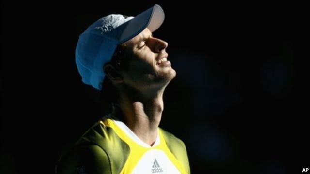 Andy Murray nampak menarik nafas lega setelah mengalahkan petenis Perancis Jeremy Chardy dalam kejuaraan tenis Australia Terbuka di Melbourne (23/1).