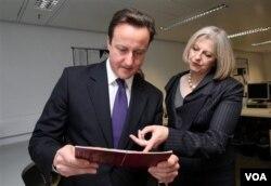 Perdana Menteri Inggris David Cameron (kiri)