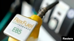 2015年1月8日美國加州聖迭哥一加油站反映油價走低。