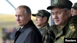 러시아와 중국 주요 인사들이 13일 자바이칼 '추골' 훈련장에서 '보스토크 2018'을 참관하고 있다. 왼쪽부터 블라디미르 푸틴 러시아 대통령, 웨이펑허 중국 국무위원 겸 국방부장, 세르게이 쇼이구 러시아 국방장관.