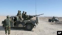 2015年12月23日阿富汗守卫一个检查站国民军士兵。