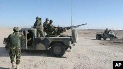 Pasukan Afghanistan siaga di sebuah tempat pemeriksaan di distrik Sangin, provinsi Helmand (foto: dok). Pemberontak Taliban menduduki satu daerah lagi di provinsi Helmand, Afghanistan selatan.
