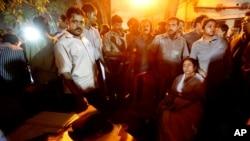 صدراعظم ایالتی بنگال جنوبی در ساحۀ نزدیک به آتش سوزی نشسته است
