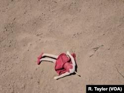 Una muñeca abandonada yace en el suelo en San Luis, Arizona, a menos de 100 metros de la barrera que separa EE.UU. de México.