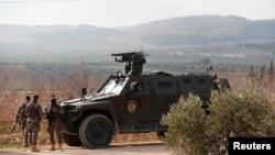 Polisye Tirk ki tou pre Montay Barsaya a nan vilaj Qastal. Foto: 1 fevriye 2018. REUTERS/Osman Orsal