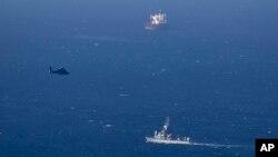 Kapal militer dan helikopter Israel memantau pantai utara Israel di Haifa (25/4). Israel mengaku menembak jatuh sebuah pesawat tak berawak.