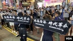 大批參與6-12一周年銅鑼灣街頭展覽的市民手持反送中運動標語並高呼口號。(美國之音特約記者 湯惠芸)