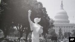 陈维明曾在美国国会前展出二米高的民主女神像