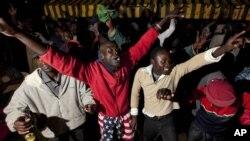 Wakazi wa kijiji cha Kogelo, makazi ya nyanyake Obama Sarah Obama magharibi ya Kenya, November 6, 2012.